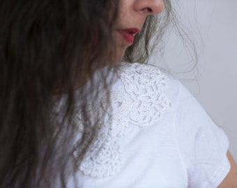 T.Shirt white or black embroidered flowers tone on tone. The spring! Summer!