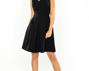 Dress with neckline and pockets - black