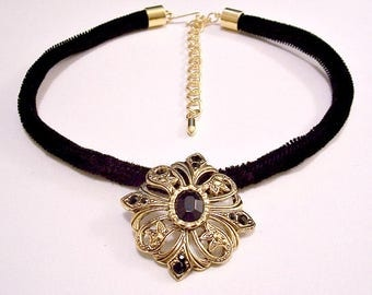 Avon Black Bead Flower Pendant Choker Necklace Gold Tone Vintage 1994 Romantic Style Open Nail Head Accent Filigree Swirl Bands Velvet Cord
