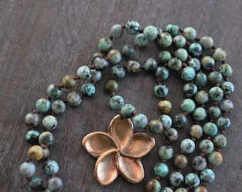 Collier exotique - Pierre naturelle - Turquoise africaine - Fleur de frangipanier - Pendentif bronze brut - Fait main - Coco Matcha