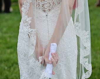 SIGNATURE Lace Fingertip Wedding Veil, Ivory Veil with Lace Trim Fingertip Veil Lace Bridal Veil Lace Wedding Veil Fingertip Bridal Veil