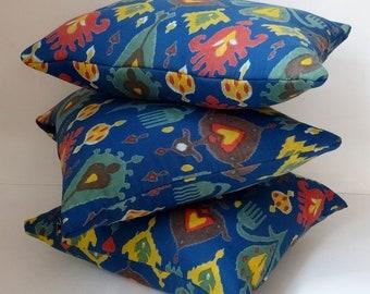 COUSSINS déco en coton bleu imprimé de dessins éthniques jaunes et rouges