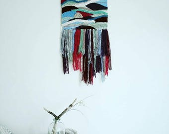 Woven wall hanging. Wall decor. Woven wall tapestry. Tissage mural asymétrique. Motifs vagues. Boho wall art.