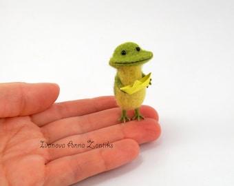 Tiny  frog, Needle Felted Animal, Felt toad, mini needle felted frog, miniature frog, felt frog, frog for dollhouse