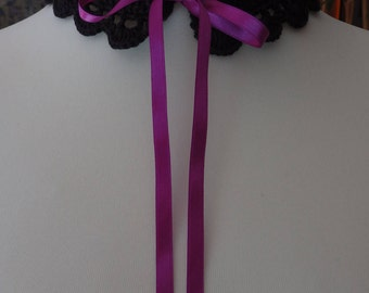 Gothic crochet collar with its pink ribbon