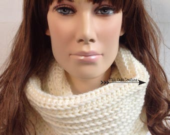 Snood, tube scarf (double twist) winter for woman, color cream, made in crochet