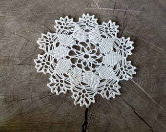 White round serviette/table-napkin/doily crocheted handmade, home decoration