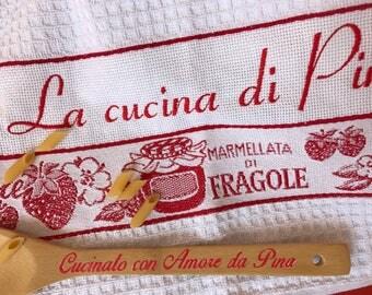 Asciugamani o Asciugapiatti ricamato La cucina di.. Spugna di cotone bianca e rossa made in Italy, Regalo di Natale per l' Aspirante chef