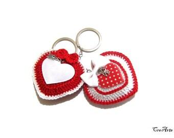 Red and White crochet heart keychains, portachiavi cuore rosso e bianco ad uncinetto