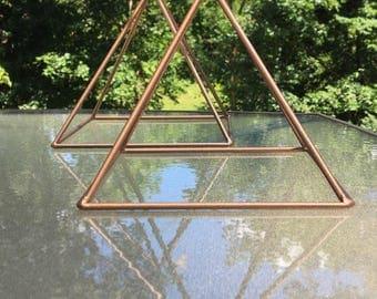 Charging pyramid