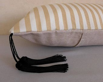 Cushion cover, 40x60cm, with two black tassels.