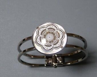Oriental flower cabochon bracelet