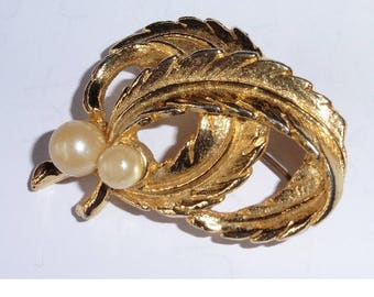 Gold Leaf and Faux Pearl vintage brooch