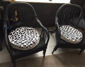 Cushion, round, black and white, tasks