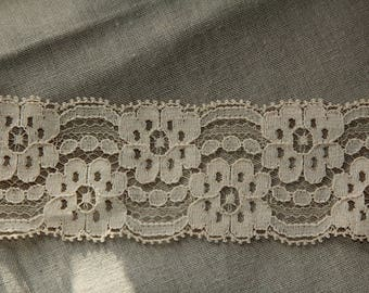 Lace fine flower pattern Beige 4 centimeters wide sold by the yard