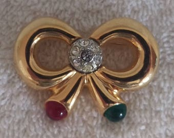 Vintage JOAN RIVERS Signed Red & Green Cabochon Gold Tone Bow Christmas Holiday Brooch Pin