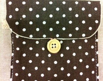TAUPE FABRIC POUCH HAS PEA WHITE - T14