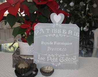 Wooden sign and the inscription on the pastry