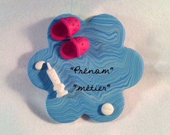 Customizable Nurse pin in polymer clay (also suitable for midwife) with shoes and syringe