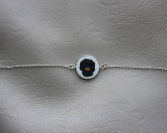 Fine bracelet, round pendant 2 cm, resin and dried flower Pansy blue