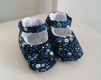 Chaussons bébé fille en velours liberty bleu et fourrure blanche. Cadeau de naissance. Taille 3-6 mois