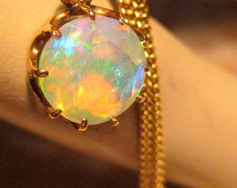 Rainbow-Opal antiques in gold setting with gold chain