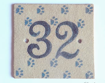 Plate of ochre stoneware, number '32' House and deco cat paws