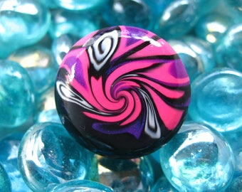 Large fancy spiral black/fushia in varnished polymer clay ring