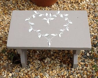 SMALL OLD BENCH SITS SOLID HEART FOLK ART WOODEN FOOT