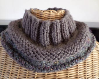 snood made with three different yarns: beige, taupe, green tones