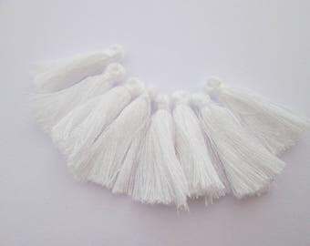 8 pompons en fils de coton longueur 3 cm couleur : blanc