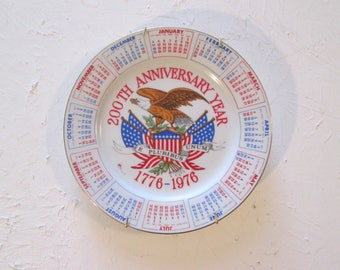 American Bicentennial USA 200th Anniversary Year 1776-1976 Collectible Calendar Ceramic Plate Spencer Gifts Inc. With Hanger E Pluribus Unum