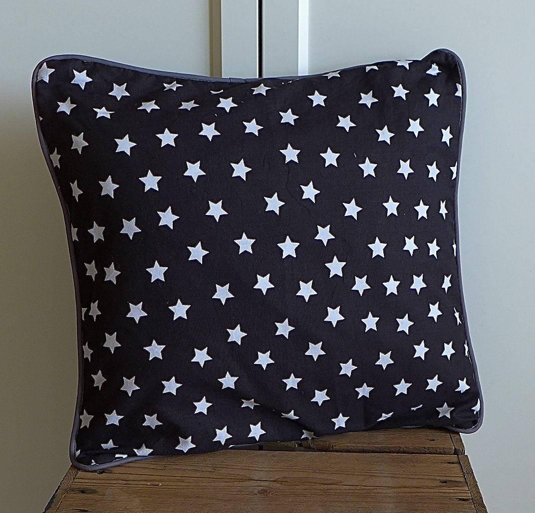 coussin graphique noir et blanc motifs toiles passepoil. Black Bedroom Furniture Sets. Home Design Ideas