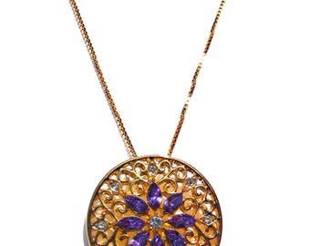 Trés jolie pendentif doré en filigrane, cristal violet et strass blanc, chaine doré.