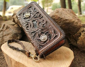 Clutch made of leather.