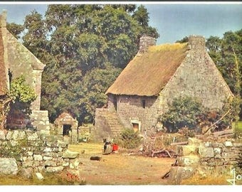 Vintage - COTTAGE in BRITTANY, TATCH roof  -  Vintage mint french Photo colorful Postcard,  years 1970 - Typical Brittany granit stones