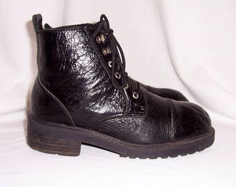 Sz 8.5 Vintage black leather 1990s women lace up Candies grunge ankle boots.