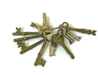 Vintage Keys on Key Ring  /  11 Old Keys  /  Rustic Decor  /  Keys for Display or Wedding Decor  /  Repurposing Keys