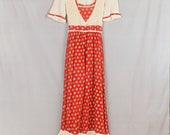 1970s Boho dress Red floral print Off white bodice and sleeves Bust 32 Gathered waist Bottom ruffle Sash ties in back Vintage hippie dress