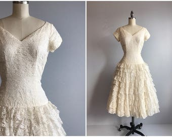 Vintage 50s Wedding Dress / 1950s Cream Lace Sweetheart Gown with Tiered Ruffled Skirt / Debutante Party Dress
