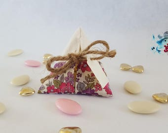 favors pouch, containing guest gifts