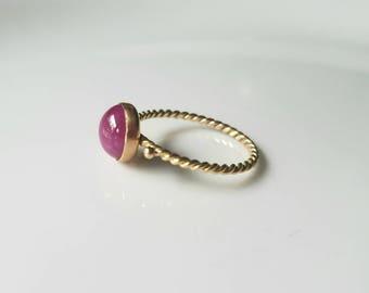 14k gold twist ruby cabochon ring, size 7