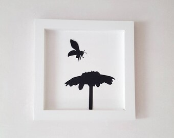 """The white """"Bee and the Daisy"""" wooden frame 25 x 25 cm"""
