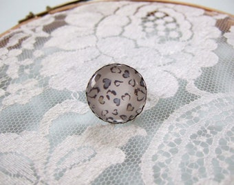 Round cabochon ring stains white pink and blue pastel