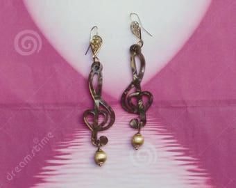 Pendant earrings with violin key in grey-shelled Plexiglas