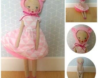 poupée en tissu et brodée habillée d'une robe style année 50 décolletée dans le dos avec un jupon de tulle