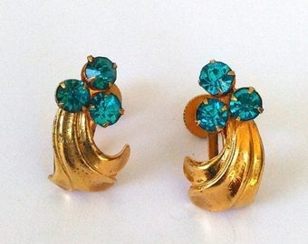 ON SALE Vintage Turquoise Rhinestone Screw Back Earrings. Prong Set Embossed Gold Tone Screw back Earrings. Art Deco Blue Screw Back Earring