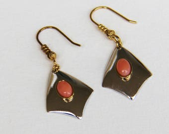 Earrings in coral pink, gold plated, steel mounted hand (ref bo11)