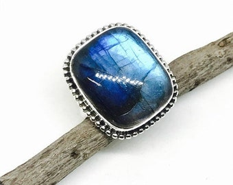 10% labradorite, moonstone ring set in Sterling silver 925. Size -9. Genuine natural blue labradorite stone.