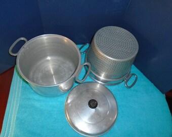 4 qt vintage pot with colander. Comet 4 qt pot with colander. Vintage cookware. Cookware. aluminum cookware. mid century cookware. cooking.